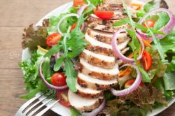Fitness salát s kuřecím a dresinkem | 100% fresh